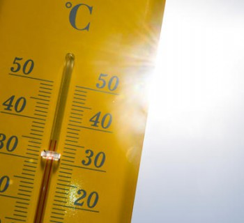 A picture taken on June 27, 2019 shows a thermometer indicating nearly 40 degrees Celsius in Rennes, western France during a heat wave. - Europeans braced on June 27, 2019 for the expected peak of a sweltering heatwave that has sent temperatures soaring above 40 degrees Celsius, with schools in France closing and wildfires in Spain spinning out of control. (Photo by Damien MEYER / AFP)